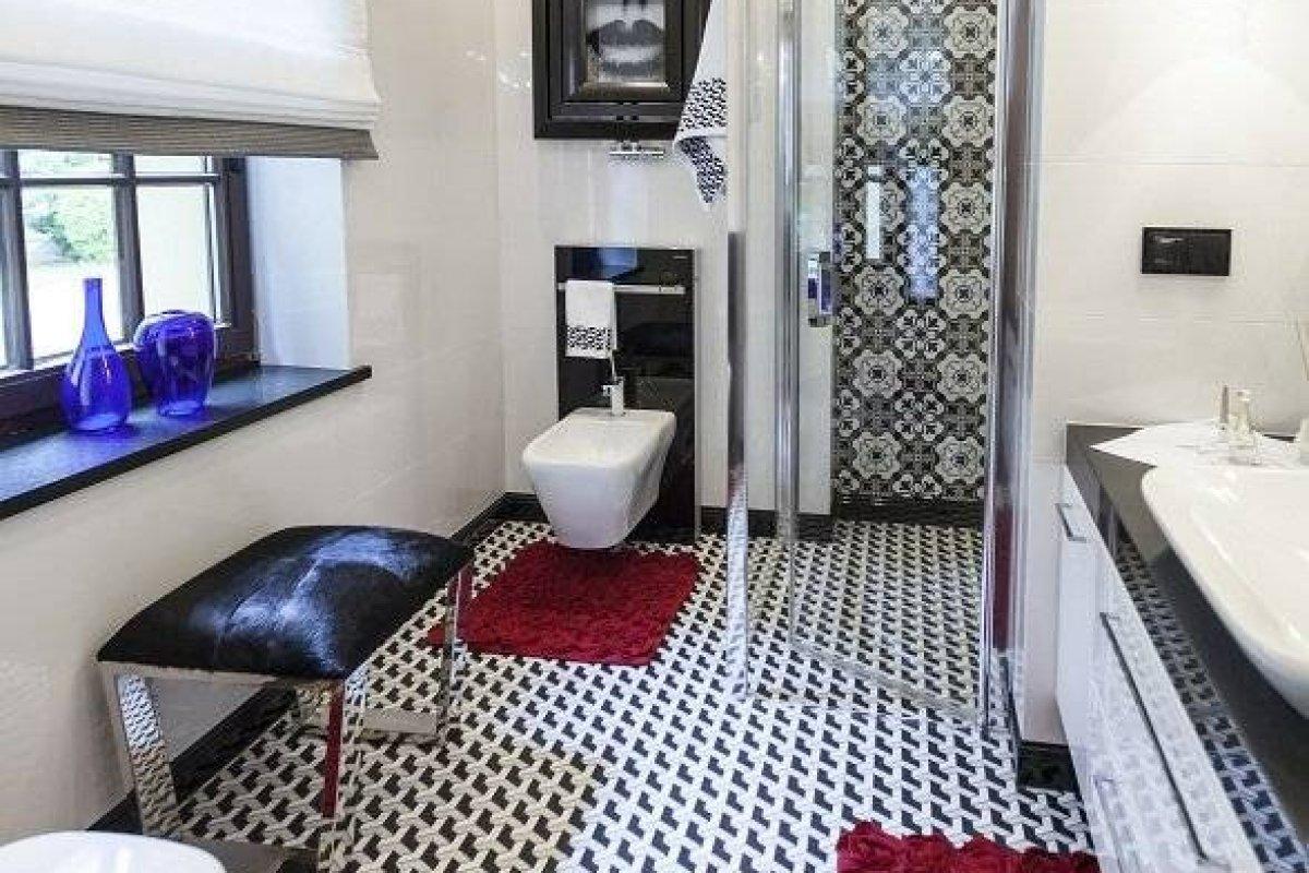 Klasyczna sypialnia z łazienką w dworku